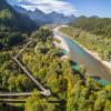 Vom Baumkronenweg blickst du über den Lech bis zu den Alpen.