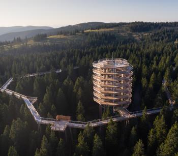 Der neuneckige Aussichtsturm ist 37 Meter hoch.
