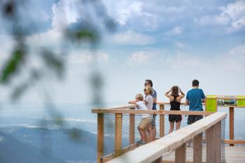 Am höchsten Punkt des Aussichtsturms hast du einen traumhaften Ausblick vom Traunsee bis zum Dachstein.