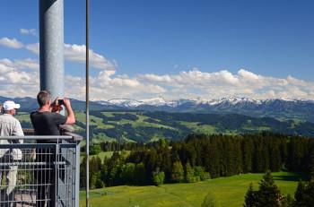 Nervenkitzel und fantastisches Panorama inklusive: Die Aussichtsplattform bietet einen tollen Blick über das Allgäu, den Bodensee und die Alpen.