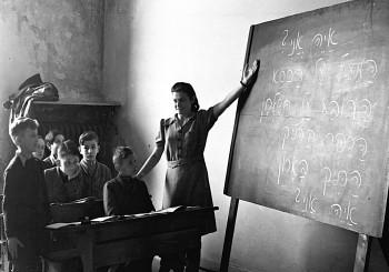 Die Dauerausstellung widmet sich jüdischen Schulen: Im Bild zu sehen ist ein Hebräisch-Unterricht in einer jüdischen Schule in München 1946
