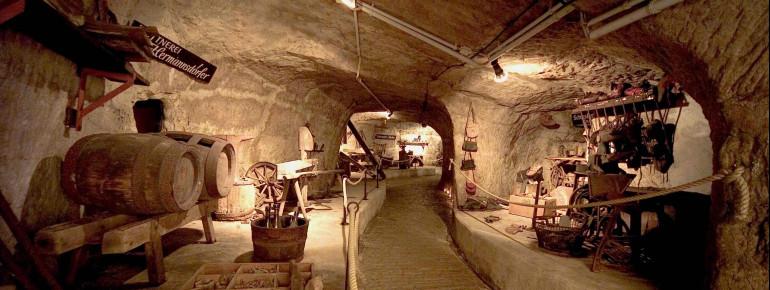 Blick in die Katkomben mit seinen alten Ausstellungsstücken.