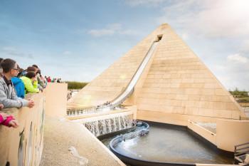 Die Wildwasserbahn Fluch des Pharao ist die höchste Pyramide Europas.