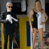 Karl Lagerfeld mit Claudia Schiffer im Chanel-Badeanzug.