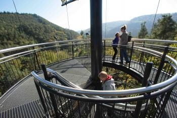 Der 40 m hohe Aussichtsturm des Baumwipfelpfades bietet einen schönen Ausblick auf den Pfälzerwald.