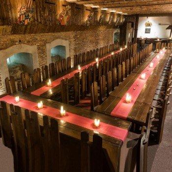 Beeindruckend: die lange Tafel im urigen Rittersaal