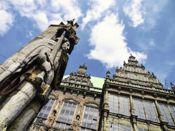 Zusammen mit dem Rathaus gehört der Bremer Roland zum Welterbe.