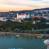 Die imposante Burg befindet sich auf einem Felsen 85 Meter über dem linken Ufer der Donau.