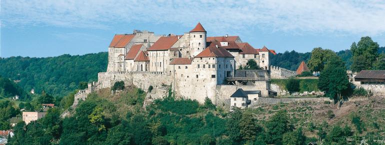 Blick auf die stattliche Burg Burghausen mit ihrer imposanten Außenanlage.