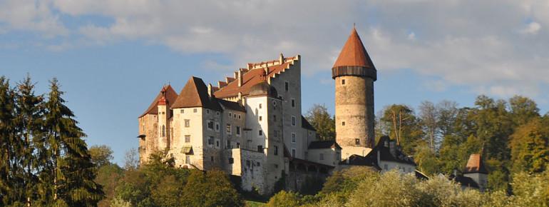 Die Burg Clam thront auf einer Anhöhe über dem Donautal.
