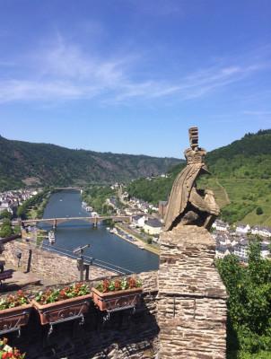 Von der Burg aus hast du einen tollen Ausblick über die Mosel.