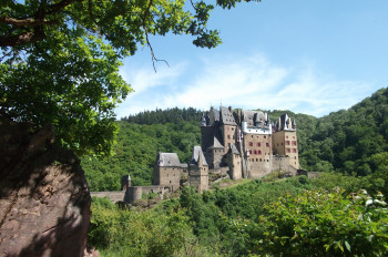 Die Burg Eltz kennzeichnet eine unvergleichliche Architektur und eine originale Einrichtung aus acht Jahrhunderten.
