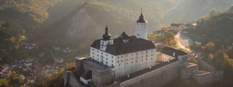 Die spätmittelalterliche Burg Forchtenstein steht auf einem Dolomitenfelsen.
