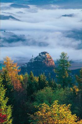 Auf dem 150 Meter hohen Kalksteinfelsen in Kärnten liegt die Burg Hochosterwitz.