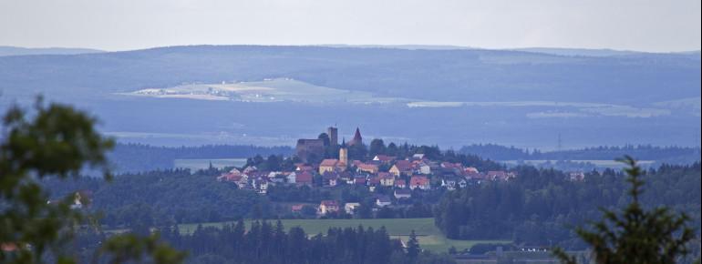 Blick vom Tännesberg auf die Burganlage