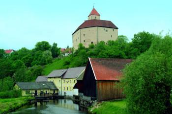 Malerisch thront die Burg über der Pfreimd