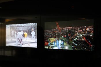 Auf dem Weg zu den Aufzügen sieht man viele Bilder und Videos von den Bauarbeiten. Sechs Jahre lang wurde daran gebaut.