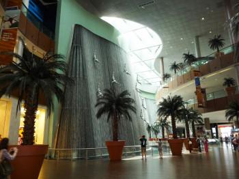 Der Eingang zum Burj Khalifa befindet sich in der Dubai Mall, wo sich Besucher auch den beeindruckenden Wasserfall mit Springerfiguren nicht entgehen lassen sollten.