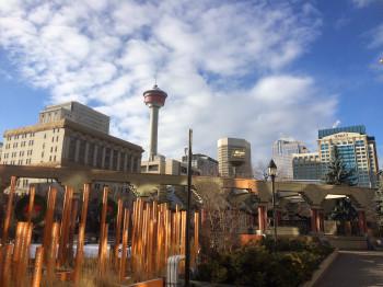 Im Tower befindet sich eine Aussichtsplattform mit einem sich drehenden Restaurant sowie ein Glasboden, der es ermöglicht, die Stadt aus der Vogelperspektive zu bestaunen.