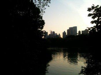 Sonnenuntergang im Central Park mit Blick auf die Skyline Manhattans
