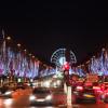 Die Champs Elysées in Festbeleuchtung an Weihnachten.