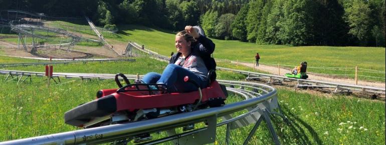 Bis zu 40 km/h werden die Schlitten des Chiemgau Coasters. Die Geschwindigkeit kann jeder Fahrer aber selbst regulieren.