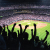 Fans der Colorado Rockies bejubeln ihr Baseball-Team in Coors Field.