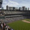 Ein Spiel der Rockies in Coors Field. Die Sitzplätze in der 20. Reihe des oberen Bereichs sind violett und markieren damit die Höhe von genau einer Meile.