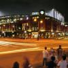 Blick auf Coors Field bei Nacht. In Lower Downtown gelegen, befindet es sich nur zwei Blocks von der Union Station.