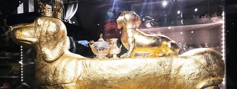 """Der goldene """"Wiener Dog"""" mit seinem Dackelgefolge ist der absolute Star des Passauer Dackelmuseums"""