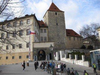 Gleich hinter diesem Eingang zur Burg befindet sich rechterhand das Goldene Gässchen.