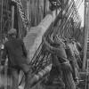 Zwangsarbeiter bei der Montage der Stahlbetonträger