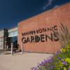 Blick auf den Eingang des Denver Botanic Gardens in Denver, Colorado.