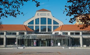 Der Haupteingang des Verkehrszentrums