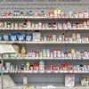 Supermarktregal mit Zusatzstoffen und Erklärungstafel