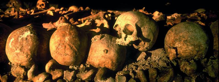 Die Gebeine und Schädel von Millionen von Parisern liegen in den unterirdischen Steinbrüchen, den Katakomben.