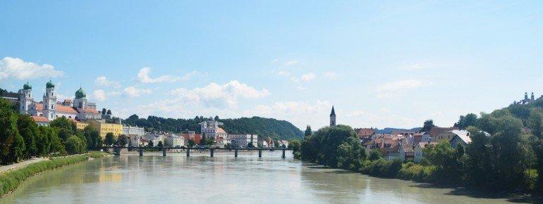 Blick vom Innsteg: links siehst du die Altstadt, mittig die Marienbrücke, rechts die Innstadt.