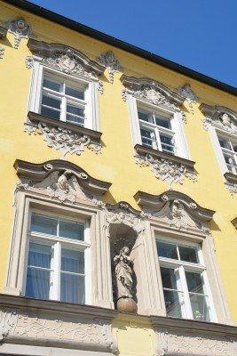 Detail der prächtigen Fassade des barocken Kuchlerhauses.