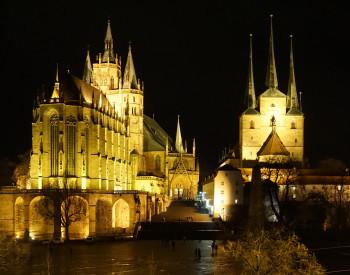 Dom St. Marien und Severikirche bei Nacht