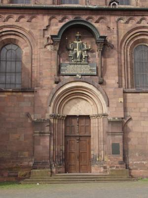 Blick auf einen der Eingänge des Doms.