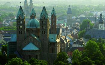 Der Dom in Speyer liegt mitten in der Stadt.