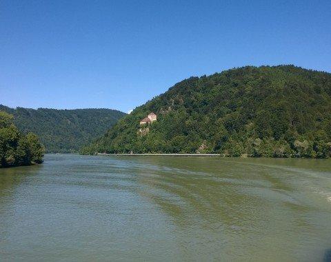 Steil ragt das Donauufer empor. Hier mit Blick auf Burg Krempelstein bei Erlau.