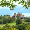 Das Dornröschenschloss ist wie im Märchen von einem Rosengarten umgeben und liegt inmitten des Reinhardwaldes.