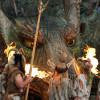 Der Drache schenkt den Menschen das Feuer.