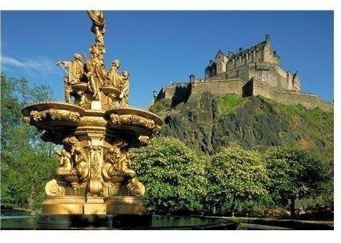 Hoch über Edinburgh thront die imposante Burg