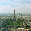 Blick über die Dächer von Paris auf den Eiffelturm.