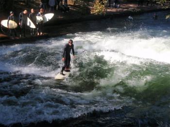 Um Ufer warten meist bereits mehrere Surfer bis sie an der Reihe sind