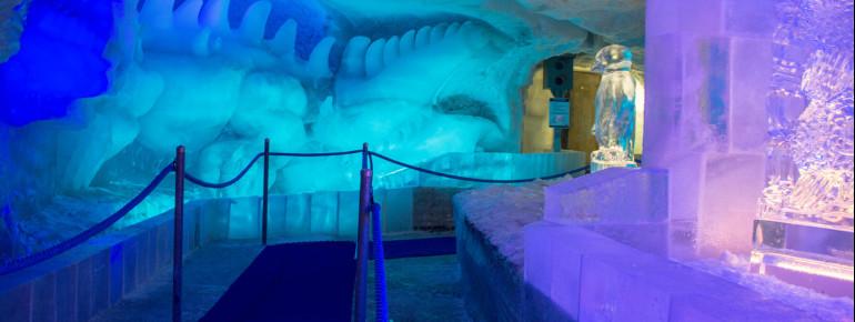 Der Weg durch den Eispavillon.