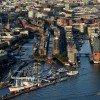 Mitten in der HafenCity gelegen ist die Elbphiharmonie von der Elbe umgeben.