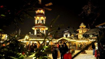 Am Rathausplatz gelegen befindet sich das Emder Weihnachtsdorf mitten im Stadtzentrum.